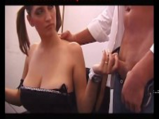 Segretaria italiana dalle tette enormi naturali fa pompino con spagnola al suo capo ! porno italiano hot ! Italian Secretary natural with huge tits does blowjob to her boss with titjob! Italian porn hot! Poppe , zinne, tette